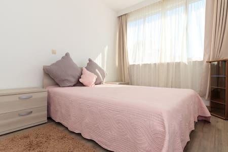 Room in peaceful apartment - Wikt i opierunek