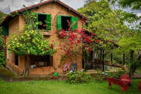 Fairytale Cottage w/ 8 Waterfalls - Rio Acima - 小屋