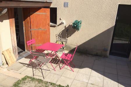 Studio dans maison avec terrasse - Wohnung