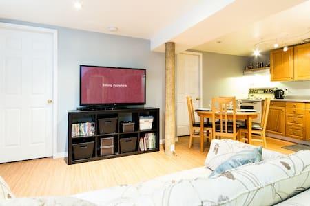 1 Bedroom + pullout - Basement Apt. - Huoneisto