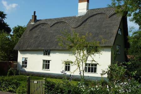 17th Century thatched farmhouse - Pulham Market - Bed & Breakfast