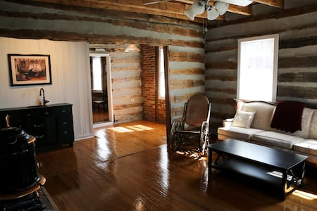 1834 Cabin, king bed, claw foot tub - Stuga