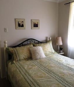 Bed on Deakin 2 - Bed & Breakfast