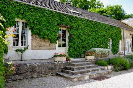 Coach House at Le Petit Village - Hus