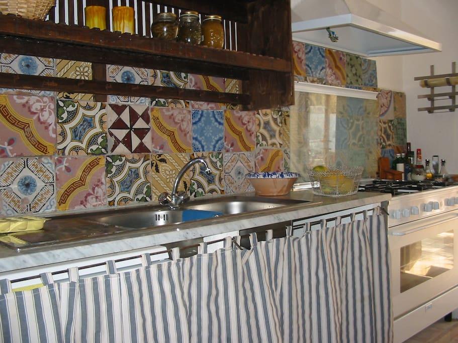 la cucina di piastrelle eoliane antiche
