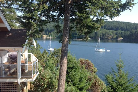Waterfront cottage on Pender Island