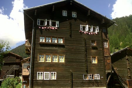 Swiss Chalet on slopes up to 10pax! - Reckingen-Gluringen - Almhütte