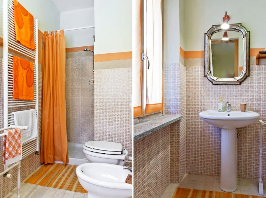 bagno camera arancio condiviso con camera blu