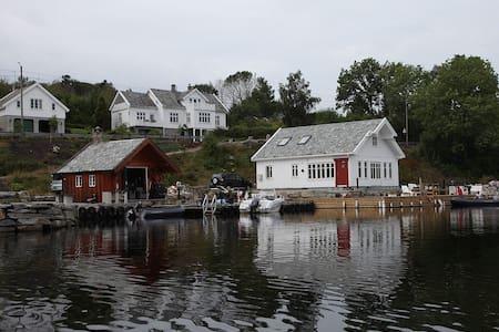 Koseligt hus ved sjøen i Straumen. - Cabanya