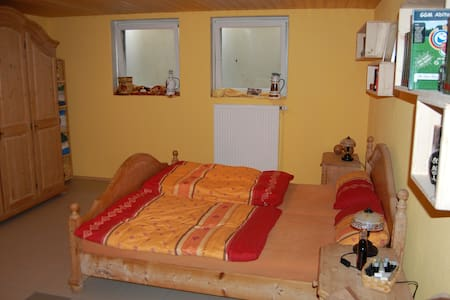 Room with double bed and shower - Hus