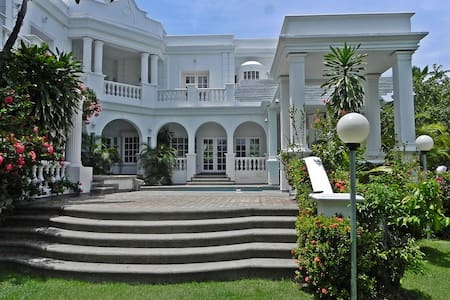IMPRESIONANTE CASA DE PLAYA CON BELLO JARDINES - House