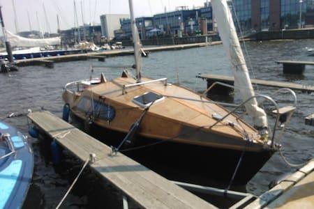 Segelyacht mit drei Kojen im Hafen - Rostock - Barco