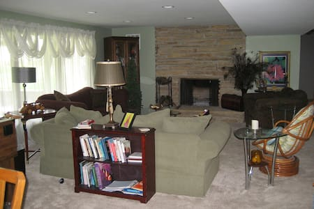 Lake Country Living, Quiet , Clean, Newly Renovate - Oconomowoc - Wohnung