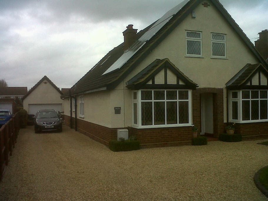 Front of house, single room has the window halfway along drive