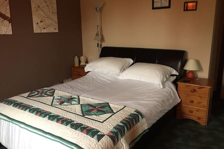 Double Bedroom In Lovely Bungalow - Redberth