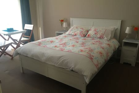 Sunny, spacious room with queen bed, ensuite & TV - Bed & Breakfast