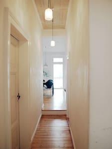 Helles Zimmer in schöner Altbauwohnung - Hannover - Apartamento