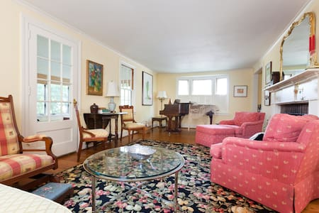 Lovely New England Cape Cod!  - West Hartford - House