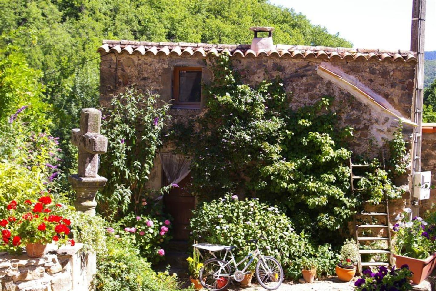 Petite maison en pierre. Entrée du centre du hameau.