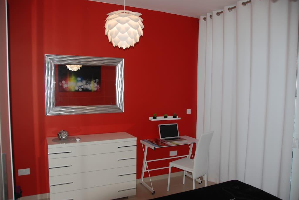 Suite 'Red Bedroom' avec grand miroir et commode