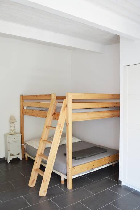 Une chambre indépendante avec une salle d'eau.