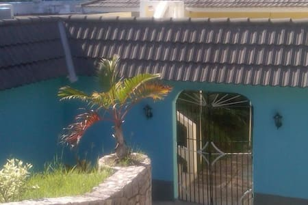 Mobay Gem, 2 Minutes to the Beach! - Bed & Breakfast