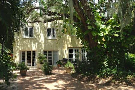 Secluded, Verdant Live Oak Cottage  - Haus