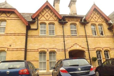Grade II Listed Railway House - Huis