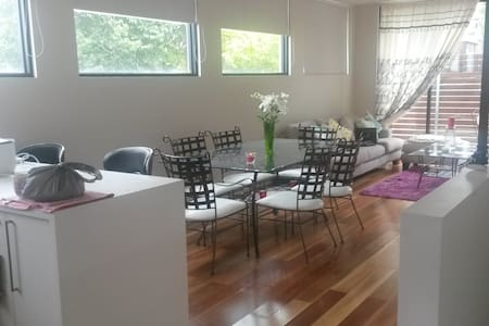 Bright, Airy Townhouse Located in PRIME Ivanhoe - Ivanhoe - Byhus