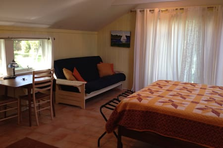 Room on water w/ private entrance ! - East Hampton - Apartment