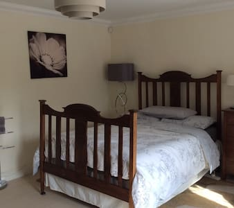 Large double room in lovely home. - Woking - House