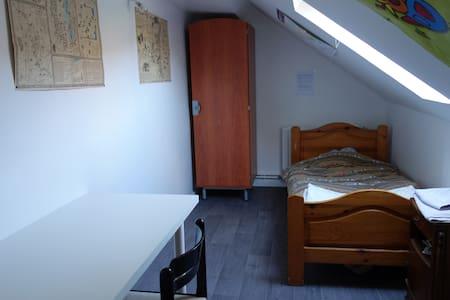 Petite chambre mansardée pour une personne - Nevers - Apartment