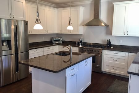 Brand New Home, with Chefs Kitchen! - House
