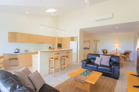 Light and airy 2 bed apartment. Noosa River. - Noosaville - Apartmen