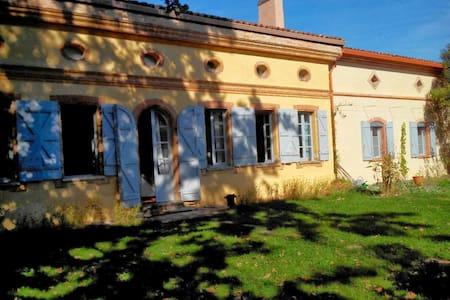 Maison toulousaine, en plein coeur du village - Castelginest - Huis