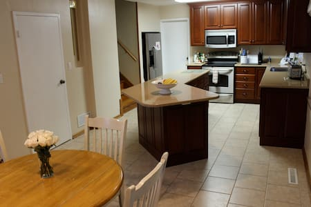 25 minutes to downtown Cleveland in spacious house - University Heights - Apartment