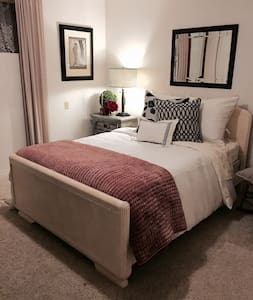 Empty Nesters With Rooms To Spare - Maison