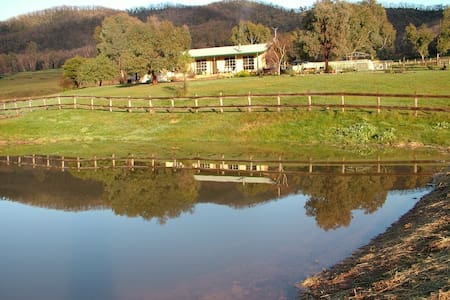 Hillview Country Cottage - Strath Creek