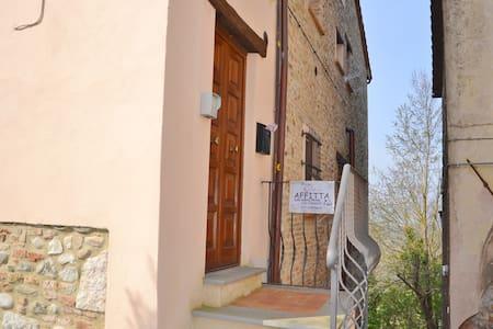 grazioso appartamento in piazza - Fabro - Apartment