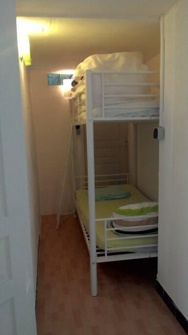 La piècette et les lits superposés.
