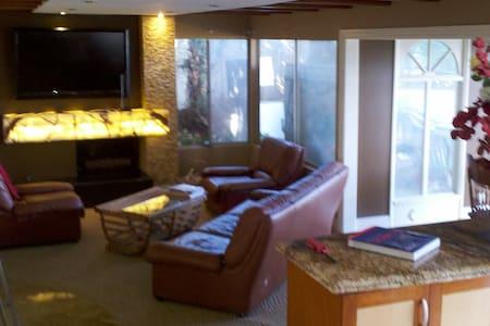 Room 50 mile LA Valley View & Deck - Hus