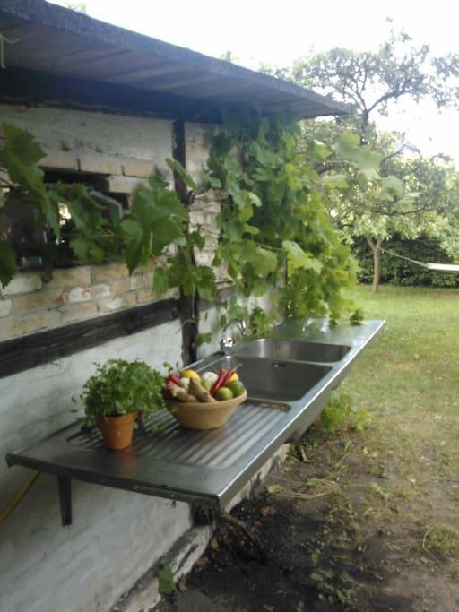 Udendørskøkken med vask og vand