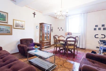 casa di campagna fresca per estate - House
