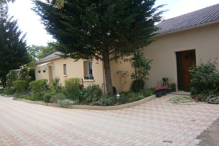 Petite maison au calme . Espace fleuri et arboré - Cahors - House