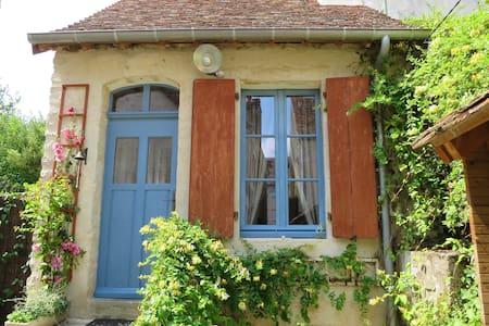 Charmante maison de ville av jardin à 2h de Paris - Earth House