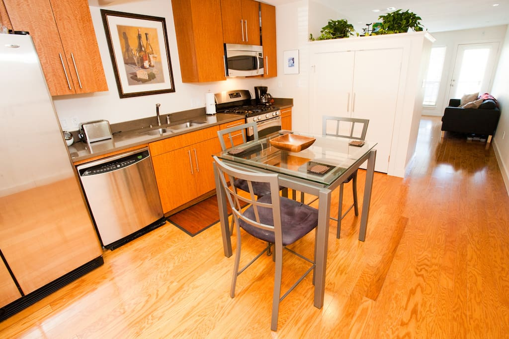 Fully stocked kitchen! New appliances.  Whole Foods world headquarters is only 3 blocks away...