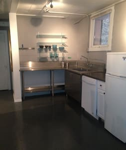 Private garden studio apartment - Madison