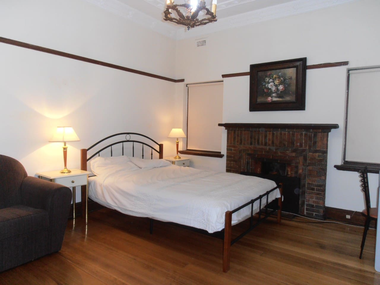 Room 2 - Spacious Art Deco fully furnished room. Queen size bed.