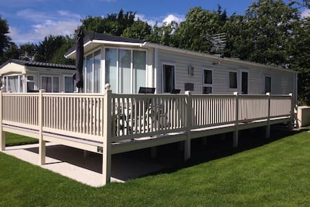 Modern 2 bed caravan near lakeside - South Cerney