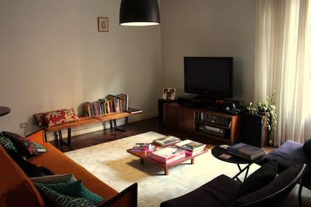 Quarto espaçoso no Centro de Curitiba - Curitiba - Apartamento
